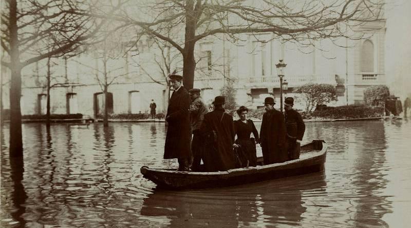 barque sur l'avenue Montaigne en 1910 par Harry C. Ellis