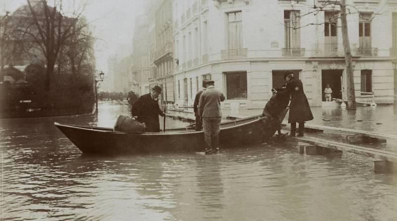 Boulevard Haussmann en janvier 1910 devant la Chapelle expiatoire par Harry C. Ellis