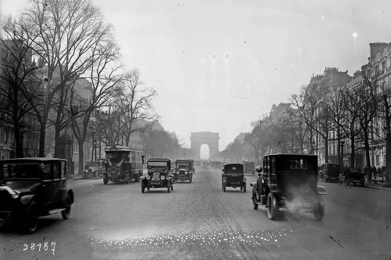 Champs Elysées en 1925 par Agence Rol