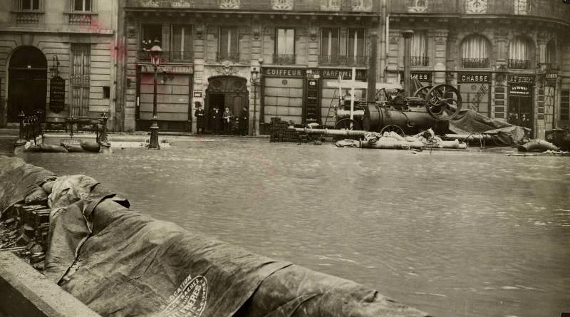 Pompes locomobiles fonctionnant à la rue de Rome en 1910