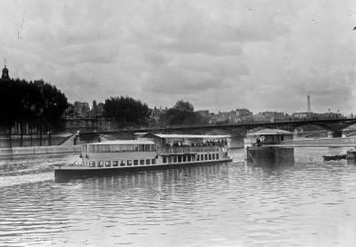 un bateau parisien au Pont des Arts le 4 août 1921 par l'Agence Rol