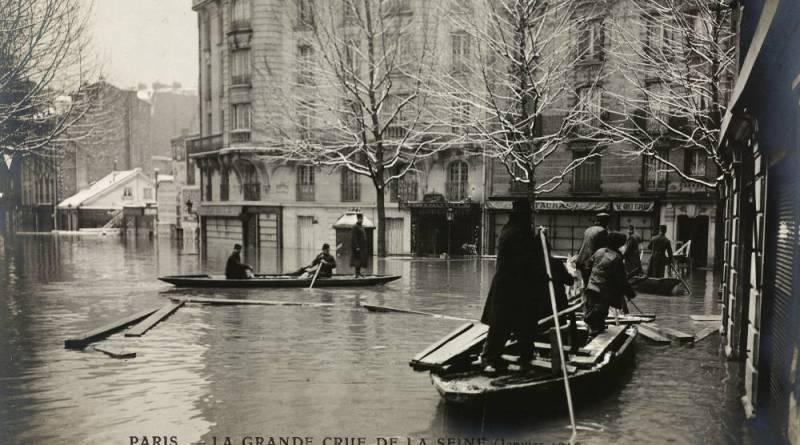 Inondation d'Auteuil. Sapeurs du Génie et sauveteurs portant secours aux habitants