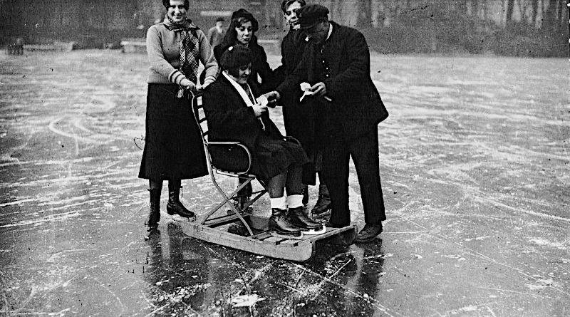 Le patinage au Bois de Boulogne vente des tickets à quelques patineurs et une chaise traîneau par Agence Meurisse en 1933