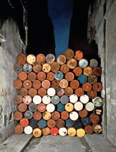 Mur provisoire de tonneaux métalliques, rue Visconti, Paris, 27 juin 1962