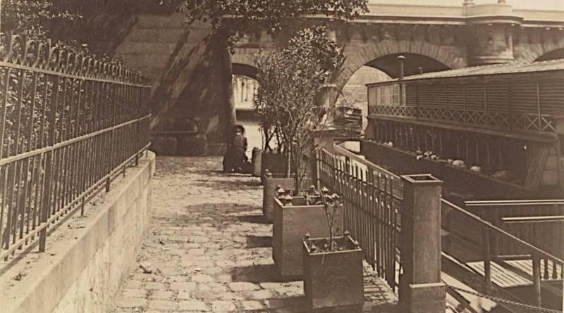 Bateau Lavoir au pied du pont Neuf par Atget