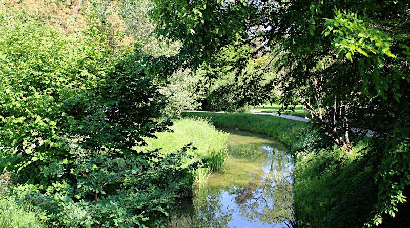la rivière et un sentier du jardin anglais de Trianon