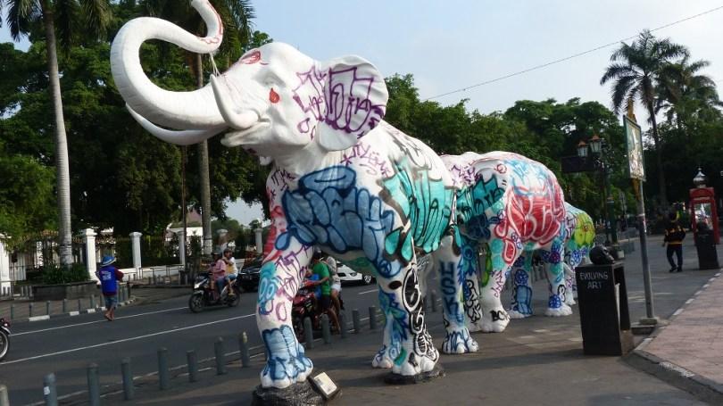 Ces sculptures d'art ont du mal à masquer la réalité de la ville