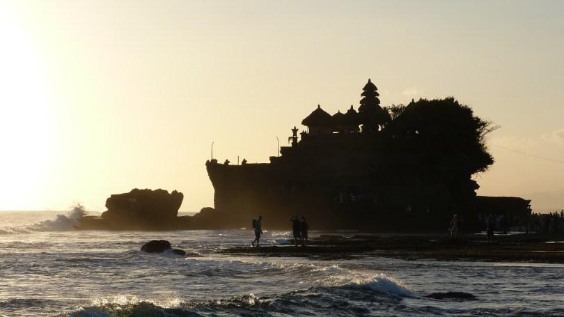 Le célèbre temple Tanah Lot, comme un navire à la mer