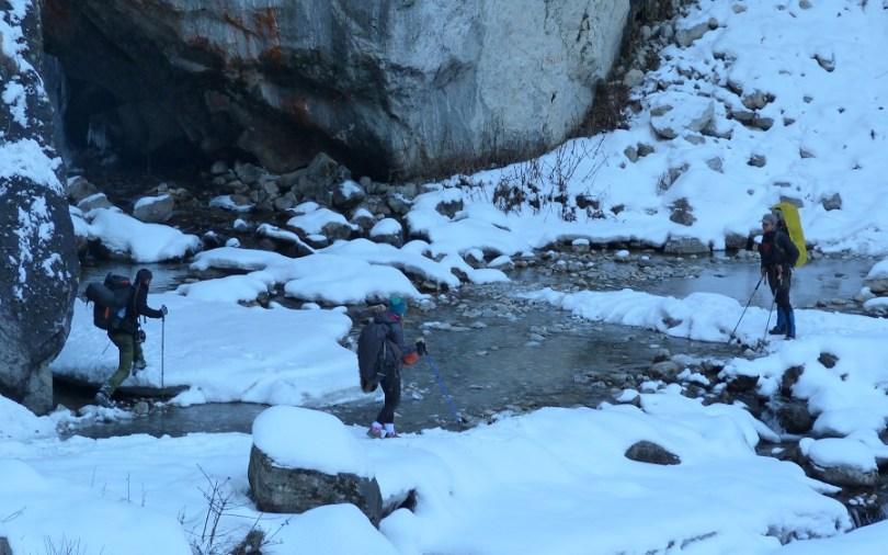 Annapurna : equipe de randonneurs s'entraidant