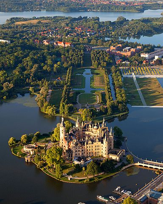 Von Harald Hoyer - Based on File:Schwerin Castle Aerial View.jpg