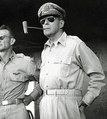 26 de julio de 1941 El general Douglas MacArthur es enviado a Filipinas como comandante de las fuerzas estadounidenses en el Extremo Oriente