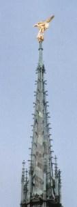 Estátua de São Miguel Arcanjo no alto da abadia.
