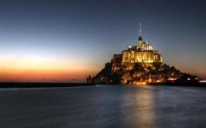 Vista do Mont Saint Michel ao pôr do sol.