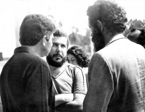 Em 1982, Divaldo Suruagy conversa com Dênis Agra, presidente do Sindicato dos Jornalistas de Alagoas, e o jornalista e advogado Tobias Granja