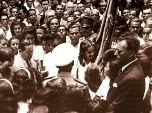 Guedes de Miranda na Praça da Catedral recebendo o Fogo Sagrado da Pátria em comemoração à participação do Brasil na II Guerra Mundial