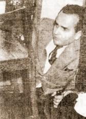 Oséas Cardoso com pistola e carregador nas mãos