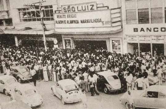 Cine São Luiz em 1974, recebendo um filme de Renato Aragão