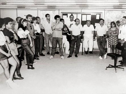 Stefani Brito, editor-geral, comunicando o fim da Tribuna de Alagoas à redação em 1992