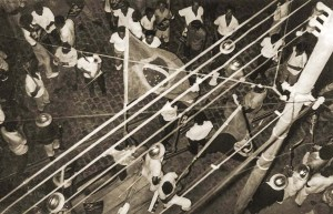 Trabalhadores concentrados na Rua Dois de Dezembro