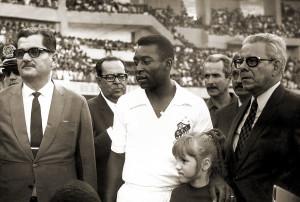 Inauguração do Trapichão, com o governador Lamenha Filho, Pelé e Napoleão Barbosa em 1970. Foto do Arquivo do Museu dos Esportes