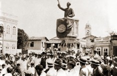 Inauguração do busto de Bráulio Cavalcante, obra do escultor carioca Eduardo de Sá 1866-1940 Ao fundo, a igreja do Livramento. Acervo Homero Cavalcante