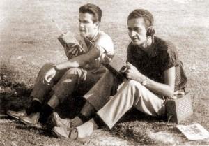 Jorge Vilar, à direita, na pista do Maracanã em 1959, pela Rádio Nacional