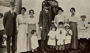 O Coronel Clodoaldo da Fonseca, ao centro, com a família. Fonte Revista Careta, RJ, 23 01 1915, p. 8