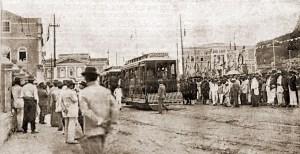 Praça dos Martírios durante a inauguração dos bondes elétricos. À esquerda, pessoas na calçada junto ao muro do Palácio. Ao fundo, também à esquerda, casarão onde hoje se situa a Caixa Econômica Federal. Foto: O Malho, Ano XIV, nº 656, Rio de Janeiro, 10 de abril de 1915