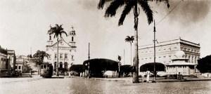 Os dois quiosques sextavados construídos na Praça D. Pedro II para receberem a 1ª Feira de Alagoas, no final da década de 1910.