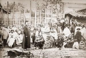 Religioso brasileiro junto a civis paraguaios. Os homens em pé ao fundo são das forças aliadas. Foto datada entre 1869 e 1870