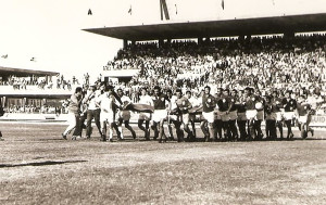 Santos e Seleção Alagoana na inauguração do Estádio Rei Pelé. Foto acervo Museu dos Esportes