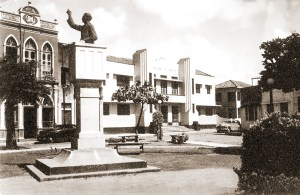 Faculdade de Direito (atual Casa do Advogado) e Montepio dos Artistas. Foto de Stuckert nos anos 50