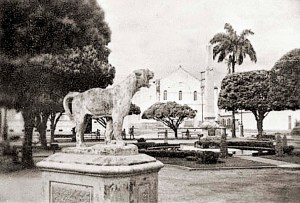 Praça Dois Leões nos meados do século XX, quando oficialmente ainda era Praça General Lavenère Wanderley