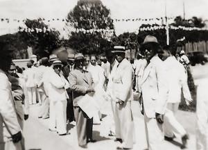 Inauguração do Parque do Centenário com o Dr. Eustáquio Gomes de Mello à frente, segurando um jornal