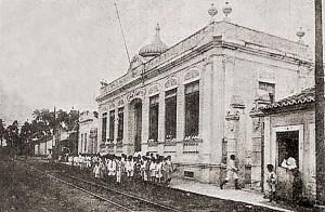 Rua Epaminondas Gracindo em 1922, com o Grupo Escolar Diégues Júnior