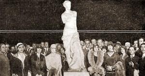 Algumas misses em visita à Escola Nacional de Belas Artes. A partir da esquerda: miss Paraíba, miss Alagoas, miss Pernambuco, miss São Paulo e miss Espírito Santo. Fonte: O Malho, 20 de abril de 1929