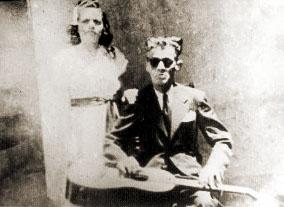 Nezinho Cego acompanhado por uma mulher, provavelmente sua companheira
