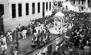Abertura do Primeiro Congresso Eucarístico Provincial de Ação Católica em Maceió com procissão saindo da Catedral