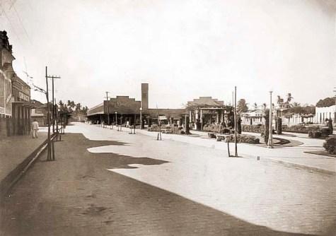 Praça Emílio de Maia com o Restaurante Gracy e o Mercado Público ao fundo na década de 1940