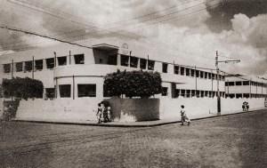 A partir de 1960, já com a denominação de Colégio Estadual, o Liceu ocupou o prédio que foi construído para o Instituto de Educação na Rua Barão de Alagoas. Aqui o prédio em foto de Stuckert nos anos 50