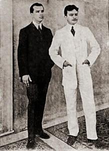 Araújo Jorge (de branco) ao lado do colega Muniz de Aragão em 1910