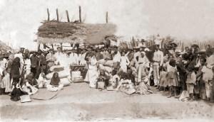 O Padre Pinto acompanha distribuição de víveres para os flagelados da enchente de 1919, em Pão de Açúcar