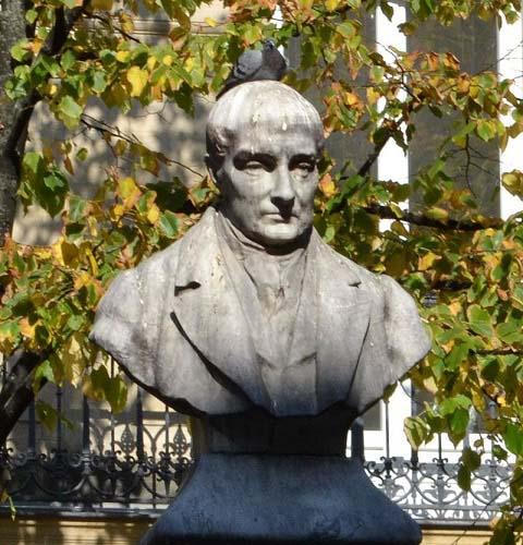 Busto de Auguste Comte en la plaza de la Sorbona, en París.