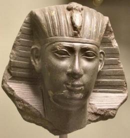 Estado actual de una estatua en la que se representaría a Necao II de Egipto