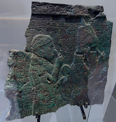 Relieve en bronce representando al rey neoasirio Asarhaddon