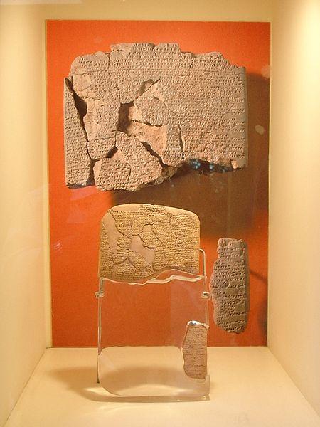 Algunos fragmentos conservados de copias del Tratado de paz entre hititas y egipcios
