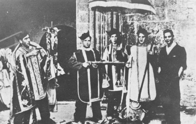 Unos milicianos republicanos burlándose de los vestuarios y ceremonias litúrgicas en 1936