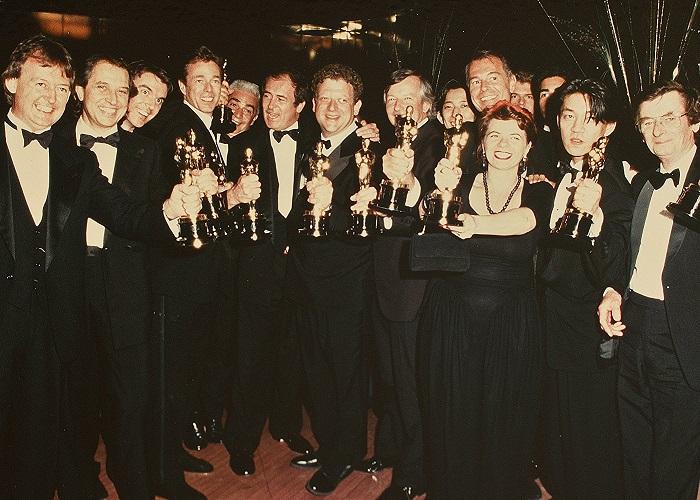 """Parte del equipo de la película con los 9 Óscars que ganaron en 1988 con """"El último emperador"""""""