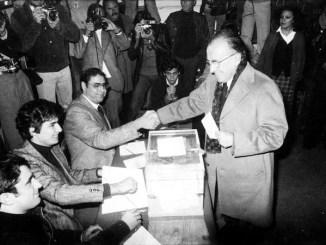 El secretario general del PCE, Santiago Carrillo, vota en el referéndum de la Constitución (Archivo del periódico ABC)