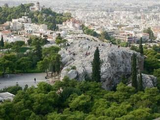 La Colina del antiguo Areópago de Atenas vista desde la Acrópolis